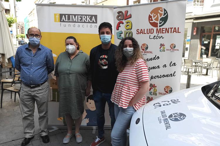 Pedro y Laura, usuarios de ALFAEM Salud Mental León, con sus asistentes personales.